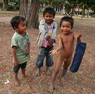 Kinder nackt im garten